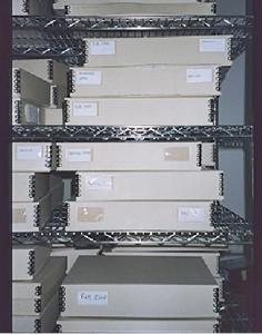 Estantería de rejilla con contenedores que incluyen documentos