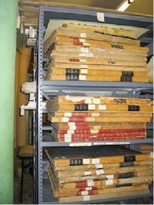 Libros apilados en horizontal sobre una estanteria